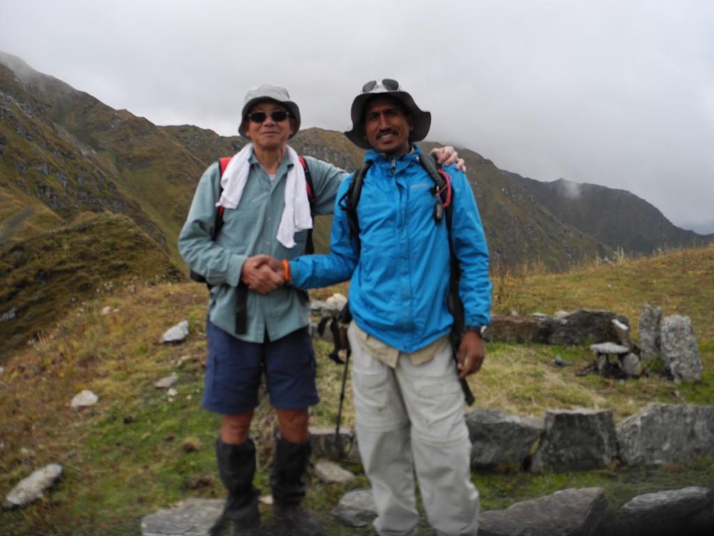 3日目の登りを達成して、ガイドのアニルと握手(標高4150m)