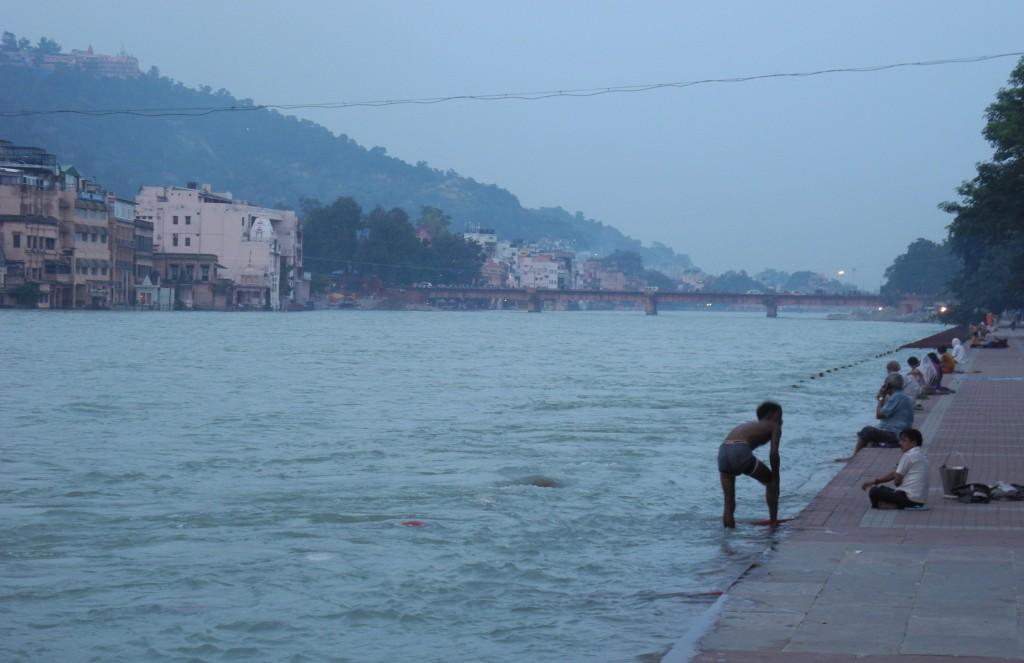 聖都ハリドワール。ガンジス川上流で水浴びをする人々