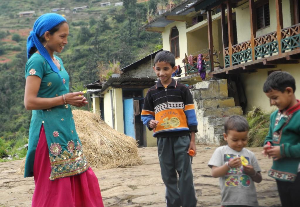 途中アゴラ村での家族(標高2250m)