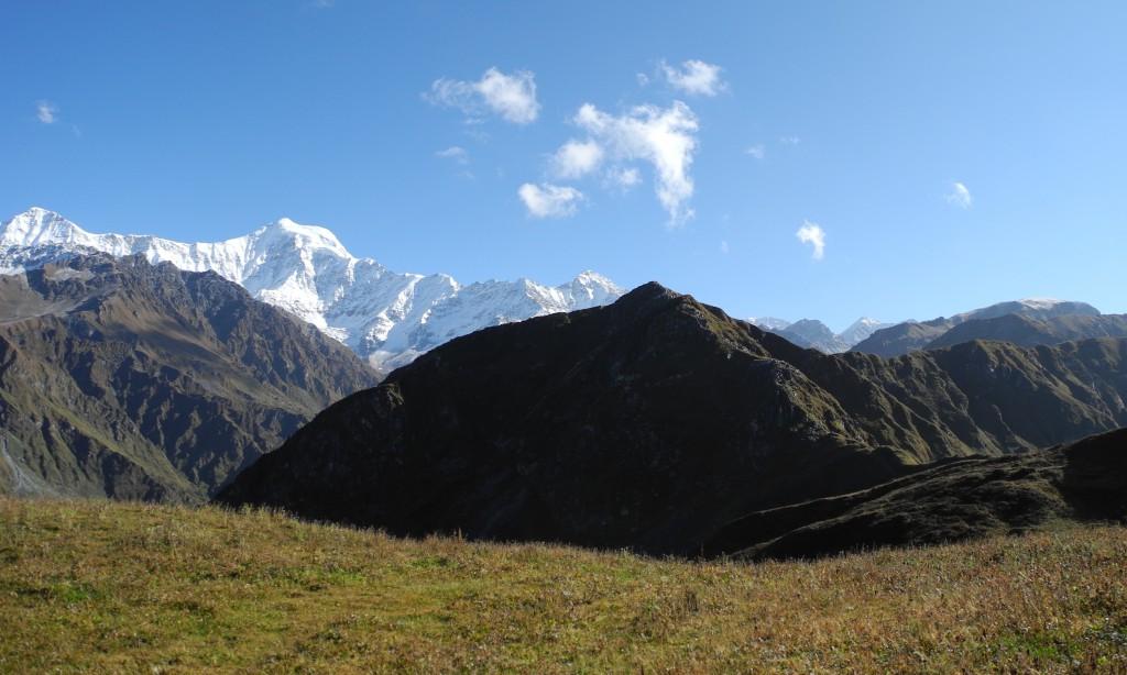 右手奥のドーム状の山が今回目標の最高地点