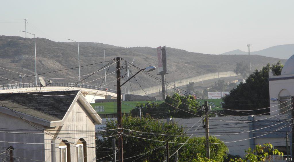 ホテルの窓から見える国境のフェンス。